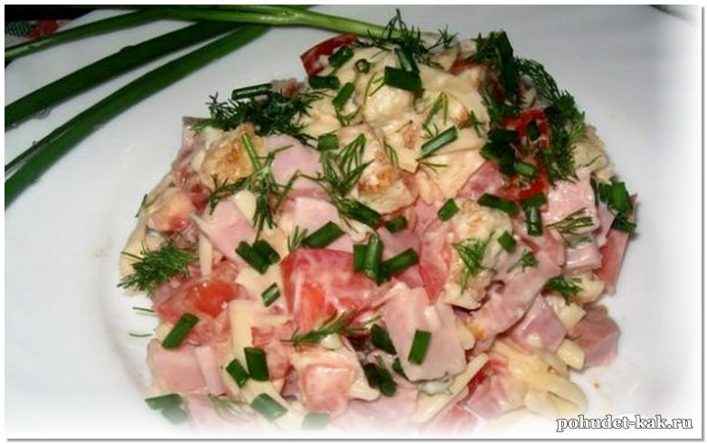 Салат сытный с курицей яйцом и помидорами